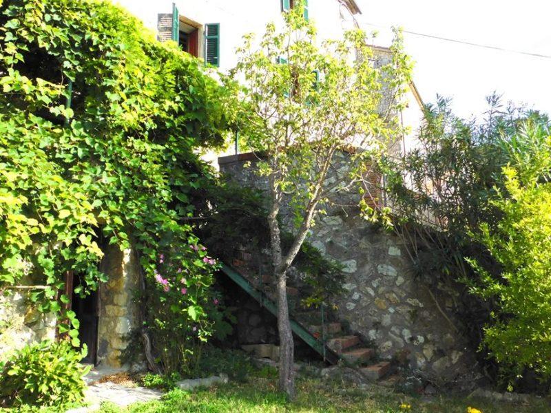 Maremma, antica casa con giardino in vendita a Semproniano 755a, ex canonica della chiesa con interni molto caratteristici e corte privata.