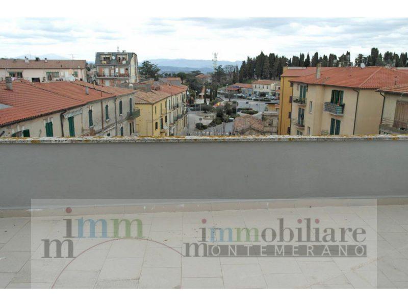 Appartamento con terrazzo in vendita a Manciano 191B in una zona centrale in vista del castello medievale da un lato e della campagna dall'altro,